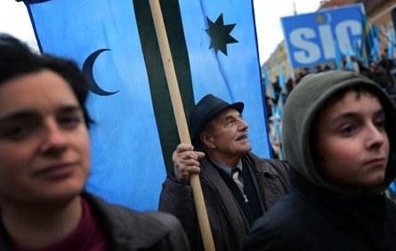 Tinutul Secuiesc. Maghiarii din România demonstrează cu drapelul Secuiesc pentru dreptul la autodeterminare