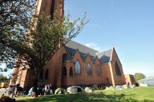 În vara anului 2012, romi, deja se instalaseră în jurul bisericii Notre-Dame-des-Victoires, în Lille, fără a fi evacuaţi.AFP/PHILIPPE HUGUEN