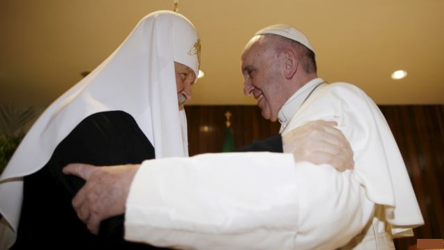 Papa Francisc și Patriarhul Bisericii Ortodoxe Ruse au pus lumea la cale. sursa foto learningenglish.voanews.com
