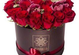 Bloomeria Trandafiri in cutie rotunda cu cymbidium si eucalip